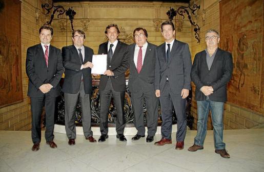 Jesús Valls, Jorge Pérez, Mateu Isern, Miquel Bestard, Fernando Gilet y Manolo Bosch, ayer en el Ajuntament de Palma.