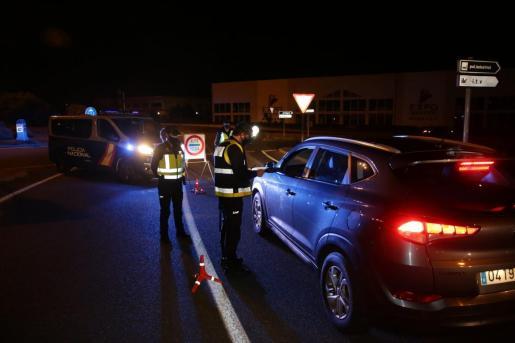 Agentes de la Policía Local y la Policía Nacional realizaron controles en las rotondas de acceso a la ciudad de Manacor.
