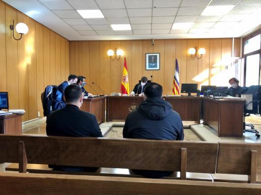 Los dos acusados en el juicio celebrado en una sala del juzgado de lo Penal 3 de Palma.