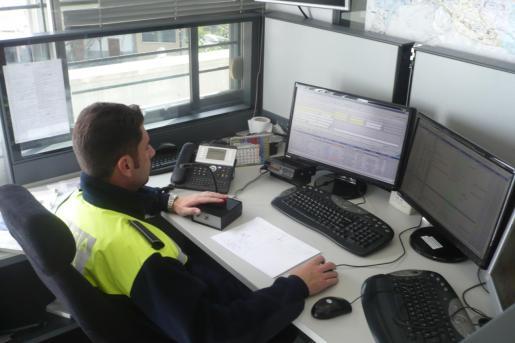 Imagen de archivo de un agente en la emisora del 092 de Palma.