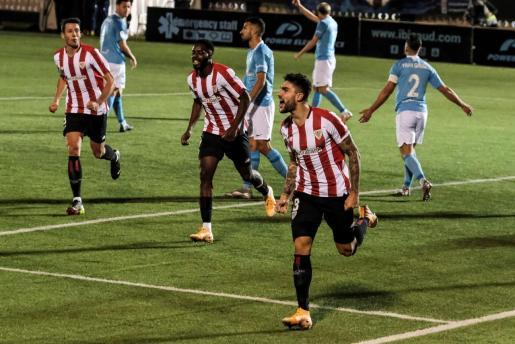 El defensa del Athletic Club Unai Núñez (d) celebra tras marcar el 1-2 durante el encuentro de dieciseisavos de final de la Copa del Rey entre el UD Ibiza y el Athletic Club de Bilbao, este jueves en el Estadio Municipal de Can Misses, en Ibiza.