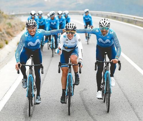 La holandesa Annemiek van Vleuten (centro), flanqueada por el mallorquín Enric Mas (izquierda) y el murciano Alejandro Valverde (derecha) durante un entrenamiento por las carreteras de Almería, epicentro de la concentración que el Movistar Team.