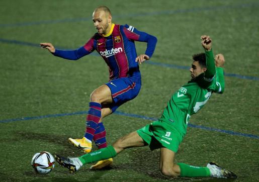 El delantero del Cornellá Javier Ontiveros lucha con el danés Martin Braithwaite, del FC Barcelona, durante el partido de dieciseisavos de final de la Copa del Rey.