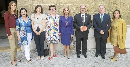 Antonia Roca, Nieves Salas, Catalina Sureda, Catalina Cirer, Teresa Martorell, Joan Magro, alcalde de Sant Joan; Adolfo Orozco, comandante general de Baleares; y Purificación Flores.