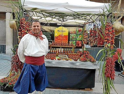 Miguel Àngel Martínez, 'salser'. Miguel Ángel Martínez elabora en Sóller una salsa picante que ya vende en la Península y en el extranjero. Trabaja en Sóller desde hace cuatro años en este producto.