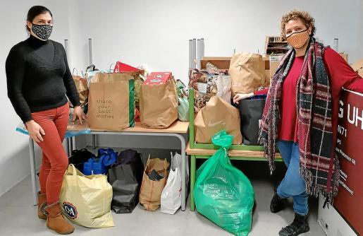 La jefa de estudios, Marga Batle, y la directora del CEIP Son Basca, Laura Cuenca, con la ropa que se ha donado estos días.