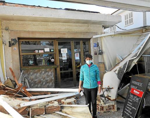 Cuatro horas después del paso del vendaval, todavía había vecinos que no podían acceder a sus viviendas.