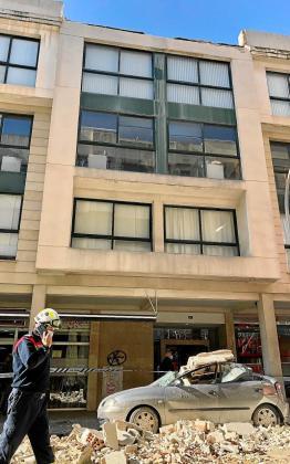 La cornisa de un edificio de Pere Dezcallar i Net, cerca de los juzgados de Vía Alemania en Palma, cayó y destrozó un coche aparcado en la calle.