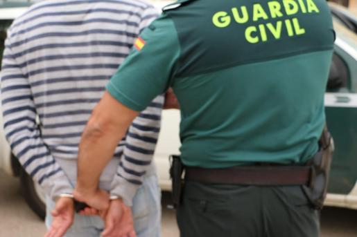 La Guardia Civil de Santanyí ha detenido a cinco personas y ha desarticulado dos puntos de venta de droga en Felanitx.