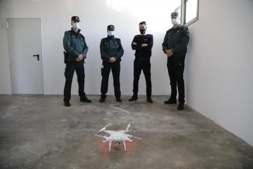 El equipo y el dron. Los tres miembros de equipol Pegaso de la Guardia Civil aparecen junto a un instructor de una escuela de formación de vuelo de Mallorca y, en primer plano, un dron .