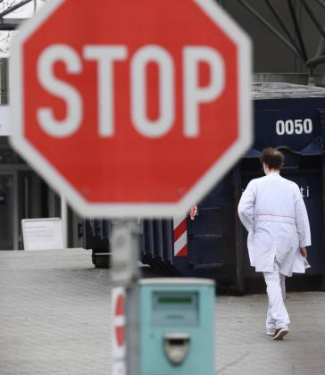 Un hombre camina junto al hospital Vivantes Humboldt en Berlín.