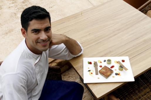 El cocinero de Mallorca Andreu Genestra, con una de sus creaciones.