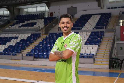 Daniel Airoso posa el día de su presentación con el Palma Futsal.