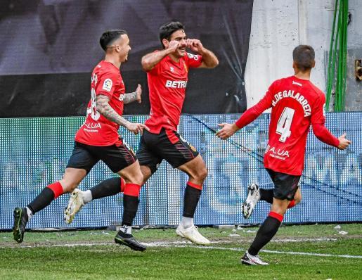 Abdón Prats celebra su gol junto a Antonio Sánchez y Ruiz de Galarreta.