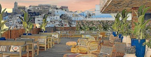 Imagen de la terraza del Room Mate Ángel, en el puerto de Eivissa, uno de los emblemas de la cadena.