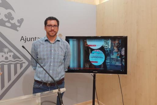El edil Rodrigo Romero, en la imagen, firma el comunicado junto a Sonia Vivas.