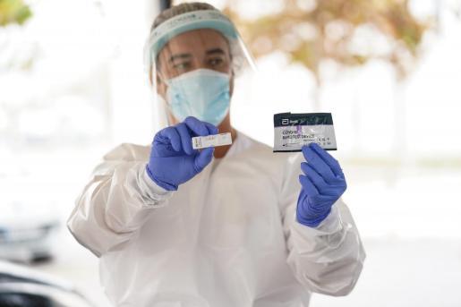 Un profesional sanitario muestra un kit de detección en Ibiza.