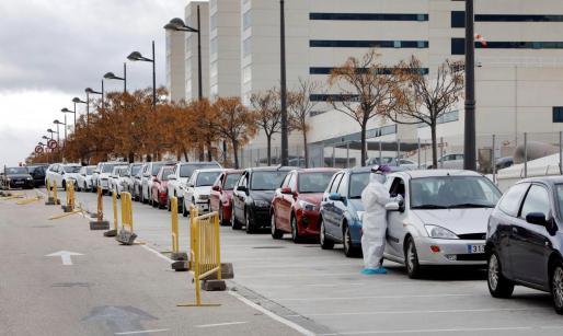 Vista general de la cola de coches formada para la toma de pruebas PCR ante el Hospital La Fe este lunes cuando la Comunitat Valenciana.