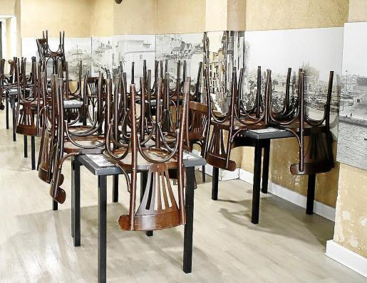 Interior de un local con mesas y sillas recogidas al no poder servir a los clientes.