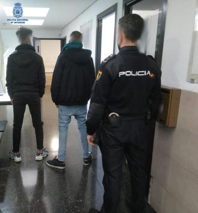 Agentes de la Policía Nacional custodiando a los dos jóvenes argelinos detenidos.