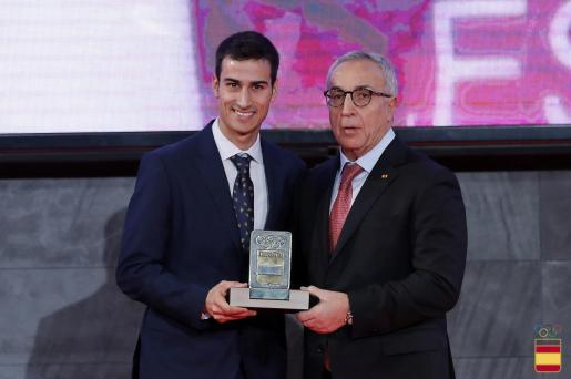El presidente del COE, Alejandro Blanco, a la derecha, entrega una distinción al triatleta mallorquín Mario Mola.