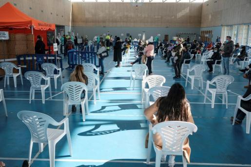 Personal sanitario realiza a la población un cribado masivo en Sant Antoni de Portmany.
