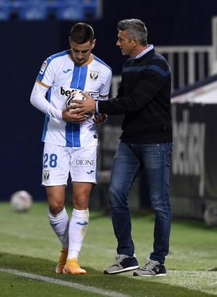El entrenador mallorquín del Leganés, Pep Lluís Martí, conversa con Javi Hernández durante el encuentro disputado en el estadio de Butarque frente al Espanyol.