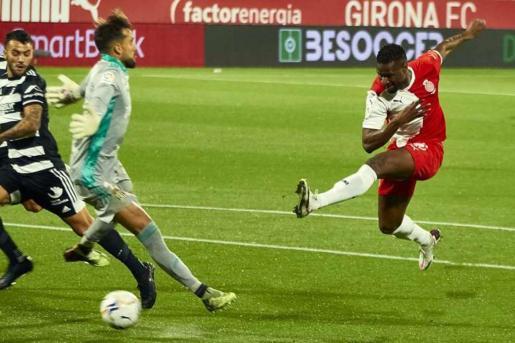 Mamadou Sylla dispara a puerta en un partido del Girona.