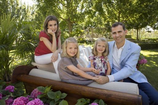 Los príncipes de Asturias junto a sus hijas, en las fotos oficiales publicadas este verano.