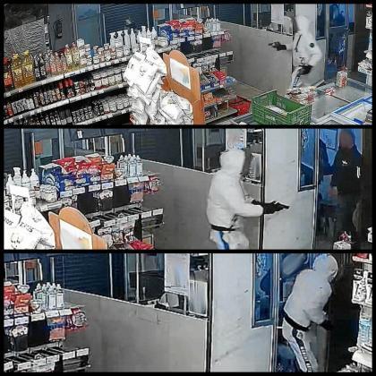 En las imágenes se puede ver cómo el atracar entra en el establecimiento e intimida con la pistola a algunos de los trabajadores. Las grabaciones de la cámara de seguridad han sido determinantes.