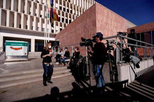 Numerosos medios de comunicación a las puertas de la Ciudad de la Justicia de Málaga donde este miércoles el Juzgado de Violencia sobre la Mujer número 3 de Málaga ha ratificado la prisión provisional y sin fianza del Melillero.