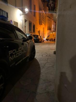 Un coche de la Policía Nacional cerca del edificio en el que se ha originado el incendio en el Casc Antic de Palma.