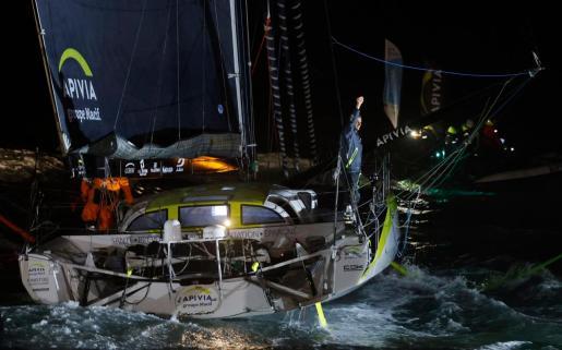 El navegante del 'Apivia', Charlie Dalin, saluda a su regreso a Les Sables d'Olonne (Francia).