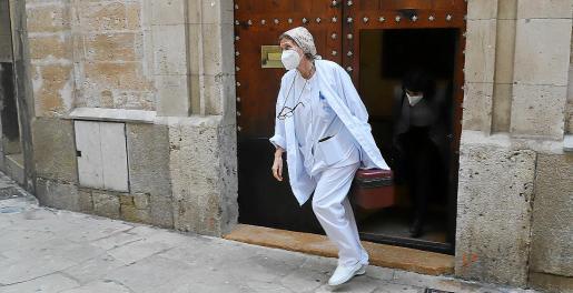 Una sanitaria del IB-Salut sale, este miércoles, de la Residència Sant Pere.