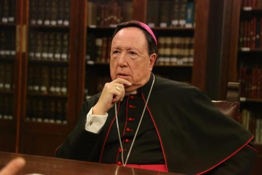 Se ordenó sacerdote el 2 de febrero de 1974 en Pilas (Sevilla) y ha desempeñado distintos cargos hasta que el 30 de junio de 2008 fue nombrado arzobispo castrense de España. En la imagen, durante una visita a Palma en 2017.