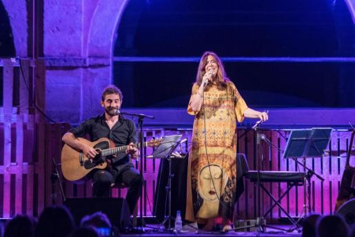La cantante mallorquina Maria del Mar Bonet, durante su actuación en Mahón con Borja Penalba.