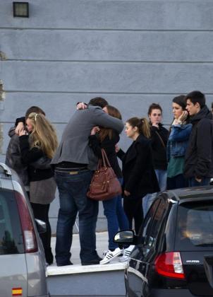 Un grupo de jóvenes en la entrada del tanatorio de Daganzo, donde han acudido a despedir a Katia Esteban Casielles, de 18 años.