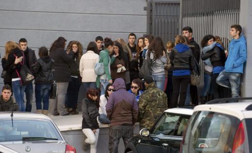 Un grupo de jóvenes en la entrada del tanatorio de Daganzo, donde han acudido a despedir a Katia Esteban Casielles, de 18 años, una de las tres fallecidas por una avalancha en el recinto de Madrid Arena.