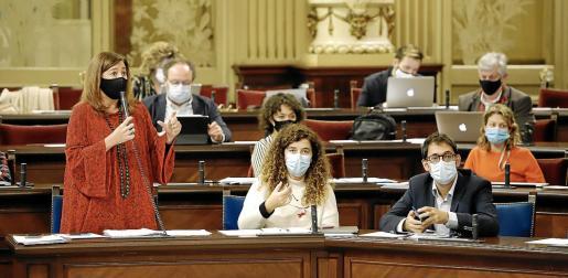La presidenta Francina Armengol durante una intervención en el pleno del Parlament.