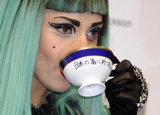 Foto de archivo tomada el 23 de junio de 2011 de la cantante estadounidense Lady Gaga mientras bebe una taza de té durante una rueda de prensa celebrada en Tokio (Japón).