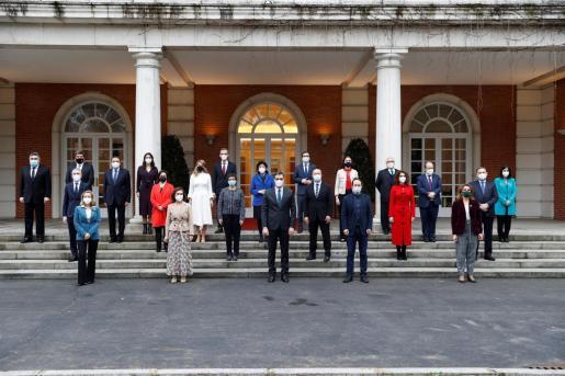 El presidente del Ejecutivo, Pedro Sánchez, posa para la foto de familia a las puertas del Palacio de la Moncloa con su equipo de gobierno.