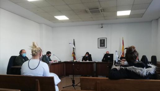 Las dos acusadas, en una sala de lo Penal de Vía Alemania durante el juicio.