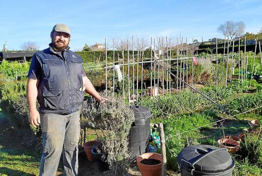Miquel Picó en la zona de huertos urbanos que funciona en el parque desde hace ocho años.