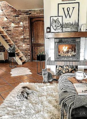 La pared de ladrillo, la chimenea, la mantita y las alfombras aportan el toque cálido.