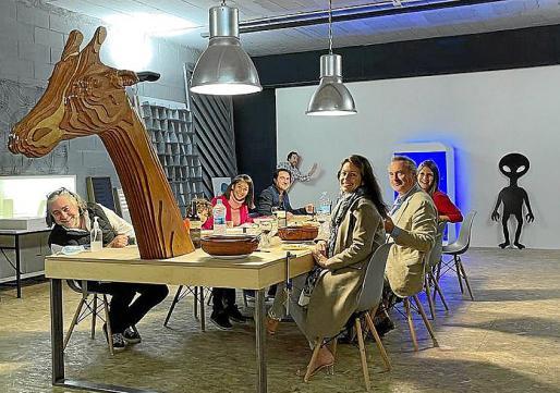 La mesa maravillosa creada por Lolo, con los comensales alrededor.