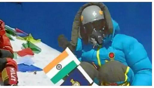 El Everest visto desde la frontera nepalí y el escalador Singh Yadav, en la imagen que certificaba su ascensión a la cima del mundo.