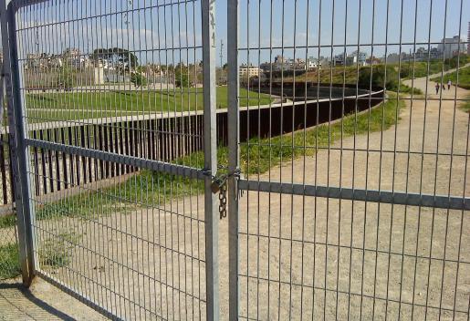 Rejas del parque de sa Riera cerradas