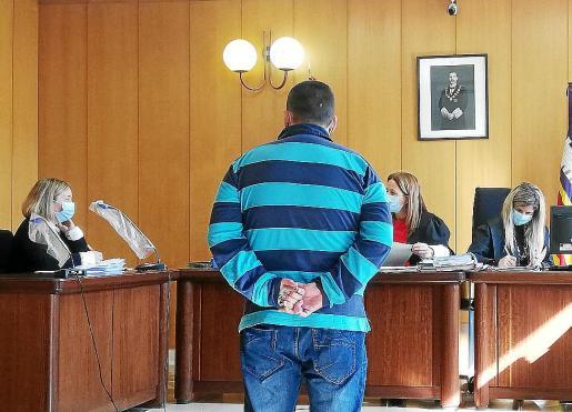 El acusado en una sala de lo Penal de los juzgados de Vía Alemania.