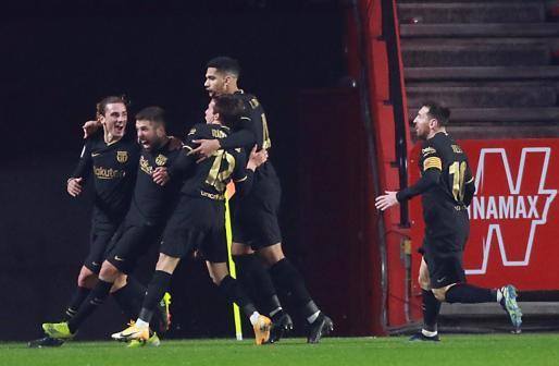 El defensa del FC Barcelona Jordi Alba celebra su gol, segundo del equipo ante el Granada CF.