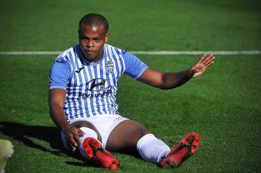 Vinicius Tanque lamentándose sobre el césped durante un reciente partido del Atlético Baleares.